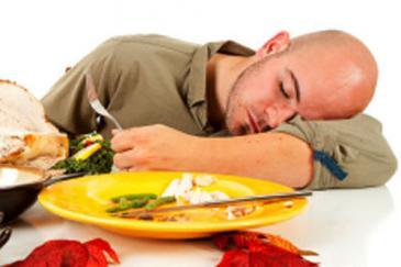 النوم بعد الأكل أضرار ومخاطر النوم بعد الأكل مباشرة