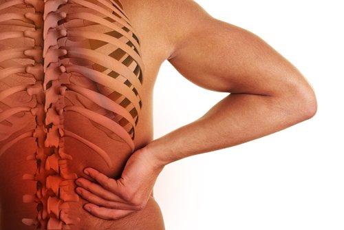 ما سبب ألم أسفل الظهر وكيف يمكن علاج وتخفيف هذا الألم؟