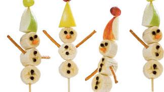 اصنعي مع أطفالك عصا رجل الثلج من الفواكه