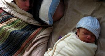 نوم الأطفال الرضع مع والديهم في السرير هل يسبب المشكلات