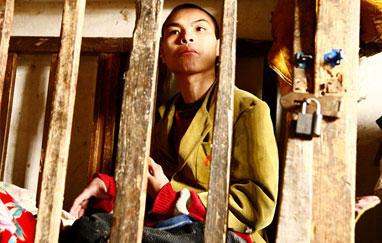 معاق صيني يعيش في قفص خشبي صغير طيلة 23 عاماً