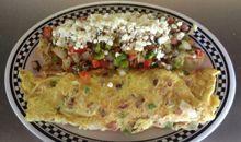 عجة مكونة من بيضتين وفلفل ولحم وبصل