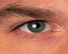 الهواتف الذكية هل تؤثر سلباً على العين؟