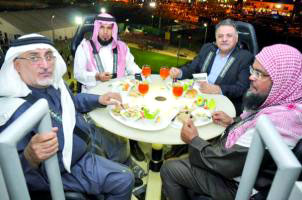 السعوديون يعيشون أجواء المغامرة في أول مطعم معلّق في الهواء