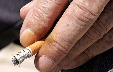 كيف تتجنب اصفرار أصابعك بسبب التدخين