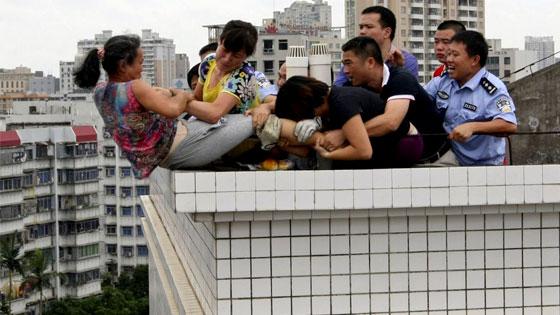 إنقاذ امرأة صينية حاولت الانتحار من بناية بارتفاع 9 طوابق